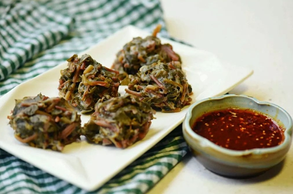 马齿苋菜团,煎酿豆泡,剁椒梅鲚鱼干,蜜汁糯米藕