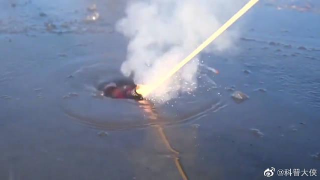 在结冰的湖面玩炮仗,冲天炮秒变鱼雷……