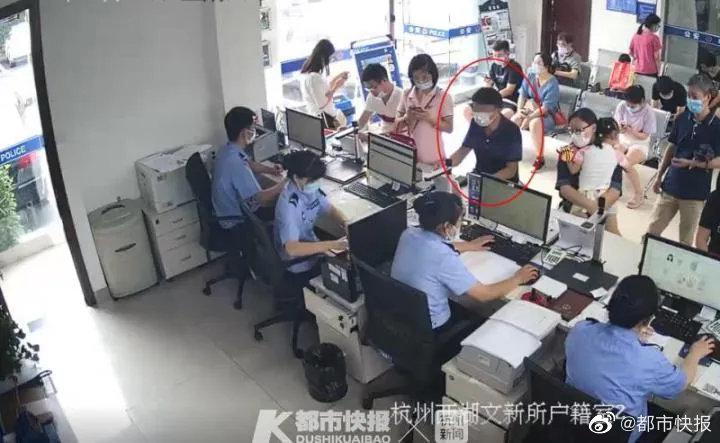 一名50多岁的男子到杭州文新派出所给孩子办积分落户……