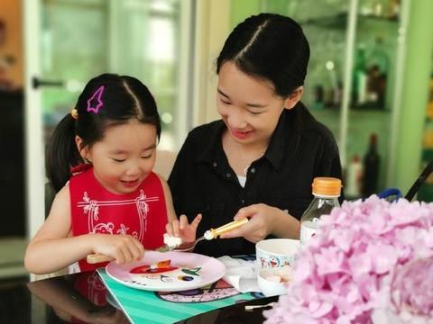 赵文卓夫妇给闺女庆生,40岁张丹露穿着简单气质不俗,儿子更像爸