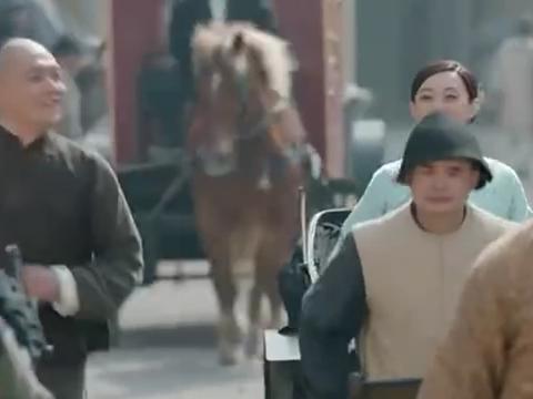 那年花开:周莹带下人走在大上海的街上,春杏把电线当成了晾衣绳