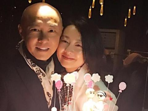 晒晒张卫健和张茜的家,夫妻俩几乎深居简出,饭菜也都是青菜豆腐