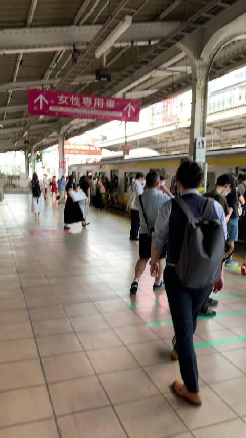 早!秋叶原総武線开往新宿的乘车情况! 去公司上班的人很多了