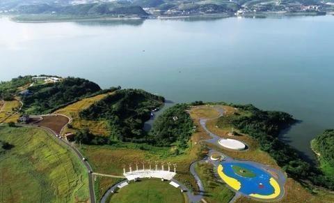 在郧阳有一个新公园,花海面积很大,风景如画~