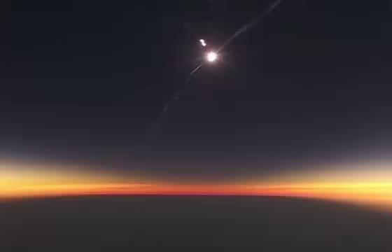 这是一个在飞机上观看到日全食的过程:宇宙的广袤无垠……