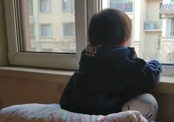 妈妈禁止女儿看电视,女儿却趴在阳台发呆,仔细一瞧原来如此