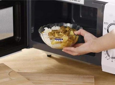 英国女孩用微波炉煮鸡蛋,结果太惨,别再往微波炉放这些东西