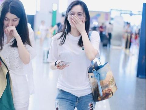 """江铠同模样清纯,穿白T恤配""""二层裤"""",这造型清爽保暖两不误"""