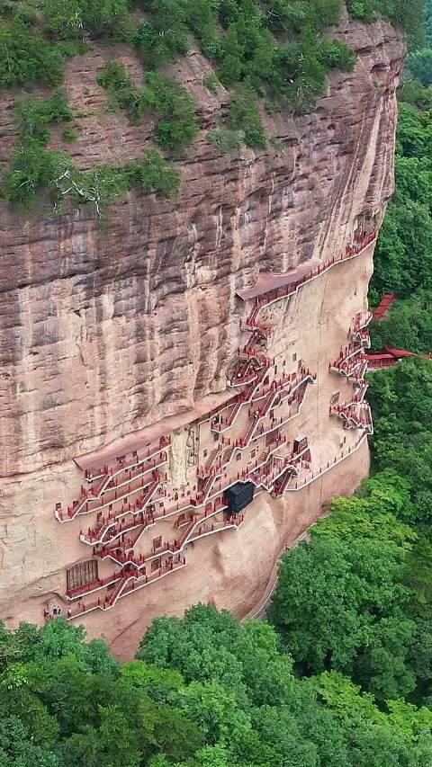 中国四大石窟之一,麦积山石窟,悬崖峭壁之上,出入全靠轻功飞