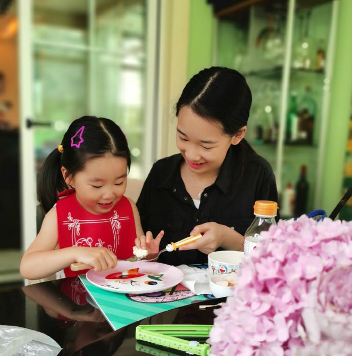 赵文卓夫妇给闺女庆生,40岁张丹露穿着简单气质佳,儿子更像爸