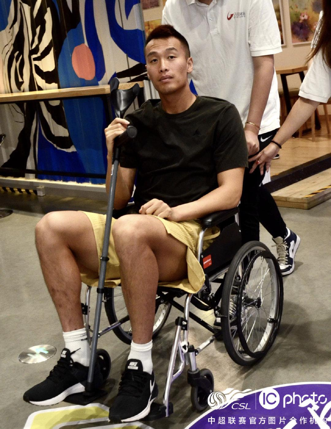 金信煜伤后坐轮椅现身