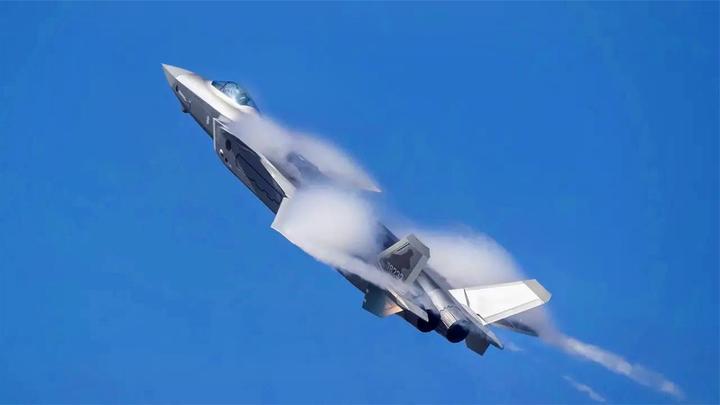 创造新纪录,改进型歼20进行空战演习,大比分完胜多款四代机