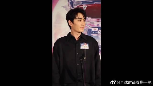朱一龙黑色衬衫,充满神秘感的光影背景,我爱了