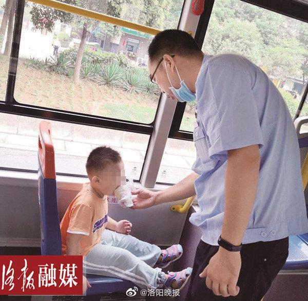 3岁萌娃偷偷溜出幼儿园,跑到公交候车亭……