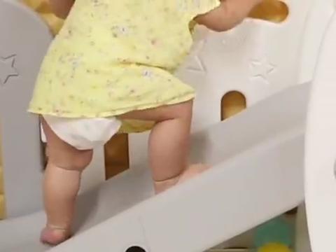 小宝宝刚学会走,就开始在滑滑梯上走来走去,太可爱了