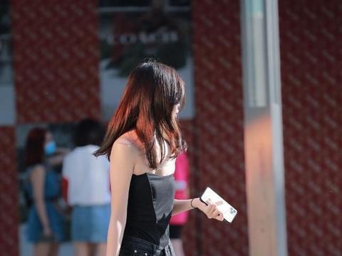 时尚穿搭:黑色抹胸上衣搭配黑色牛仔短裤+板鞋