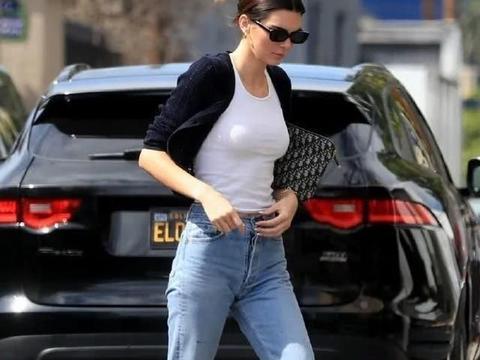 超模们的穿着有这么大胆吗?毛衣搭配安全裤,曲线一目了然
