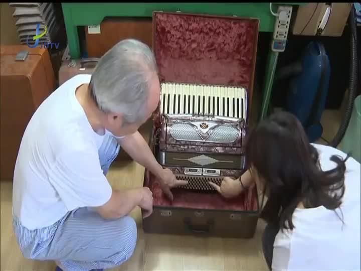 """热衷收藏手风琴 嘉定这位老人家里俨然""""博物馆"""""""