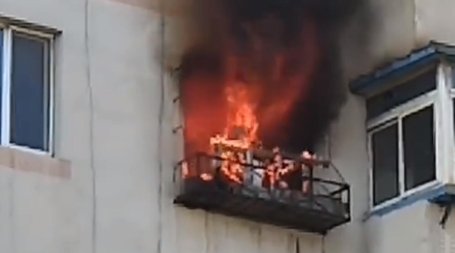 沈阳一居民楼起火老人爬阳台求生被烧身亡