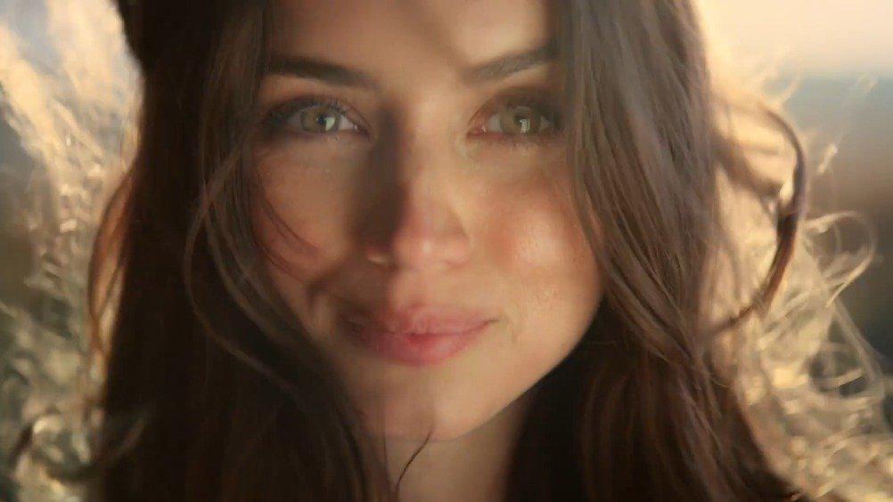 好美!安娜·德·阿玛斯出镜天然钻石协会新广告……