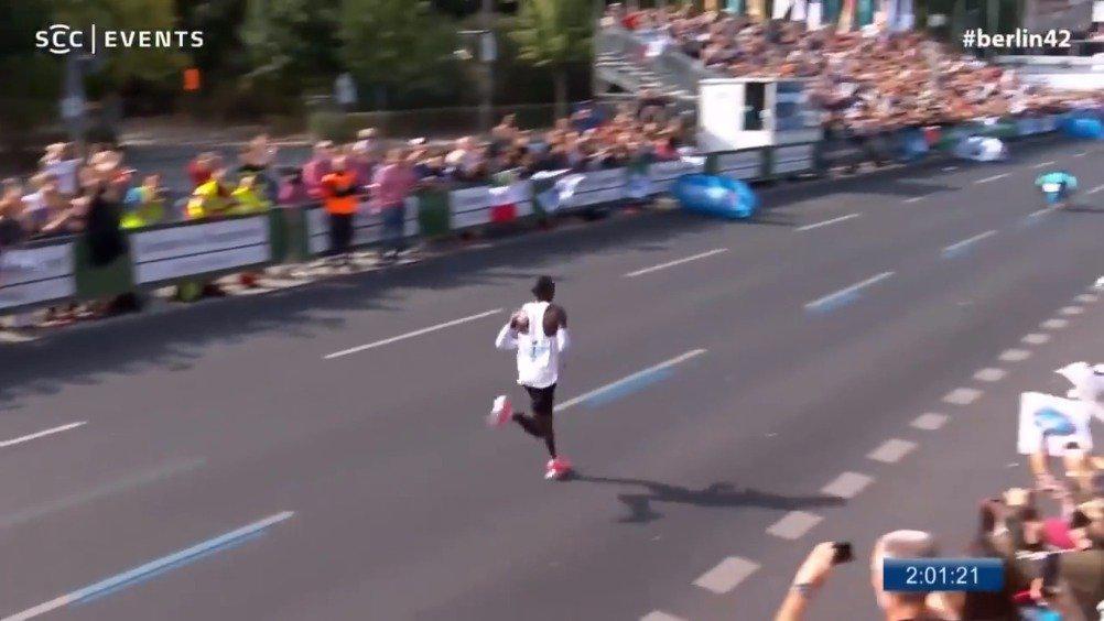 两年前的这个时候,基普乔格在 跑出2小时01分39秒的成绩……