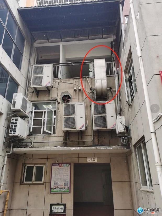 湖口县文昌府酒店烟囱排向居民楼 楼上住户不敢开窗