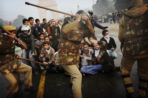 印度突然爆发大规模骚乱!警察赶到现场一顿棍棒,令美国网友叹服