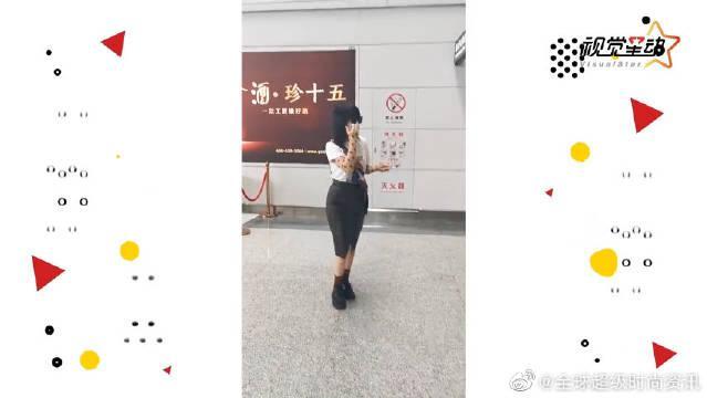 文艺片女神谭卓私服好飒 穿皮裙机场秀美腿似暗黑萝莉