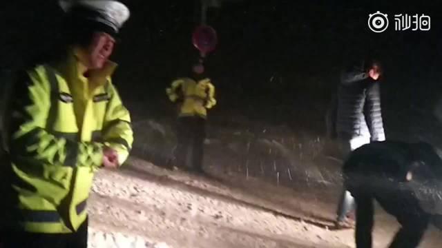 辛苦了!民警零下15度救援后脑勺结冰