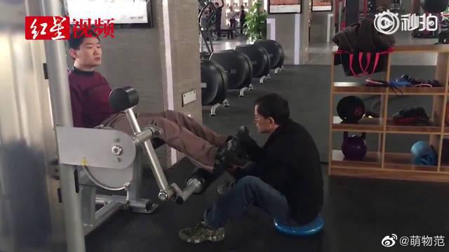 父亲坚持带脑瘫儿子锻炼 健身老板:只要我在一天……