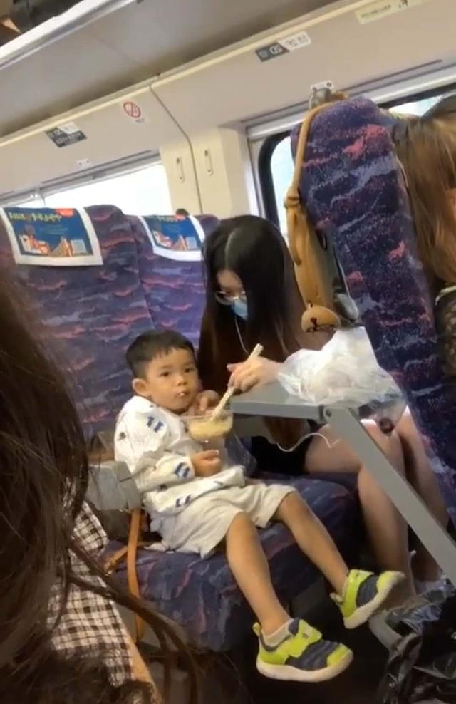 妈妈带娃坐高铁,中途去了趟厕所,回来后发现儿子,当即无语