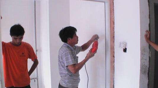 一旦木匠这样给你安装木门 让他马上拆了重装 不然你入住后就知道坑了