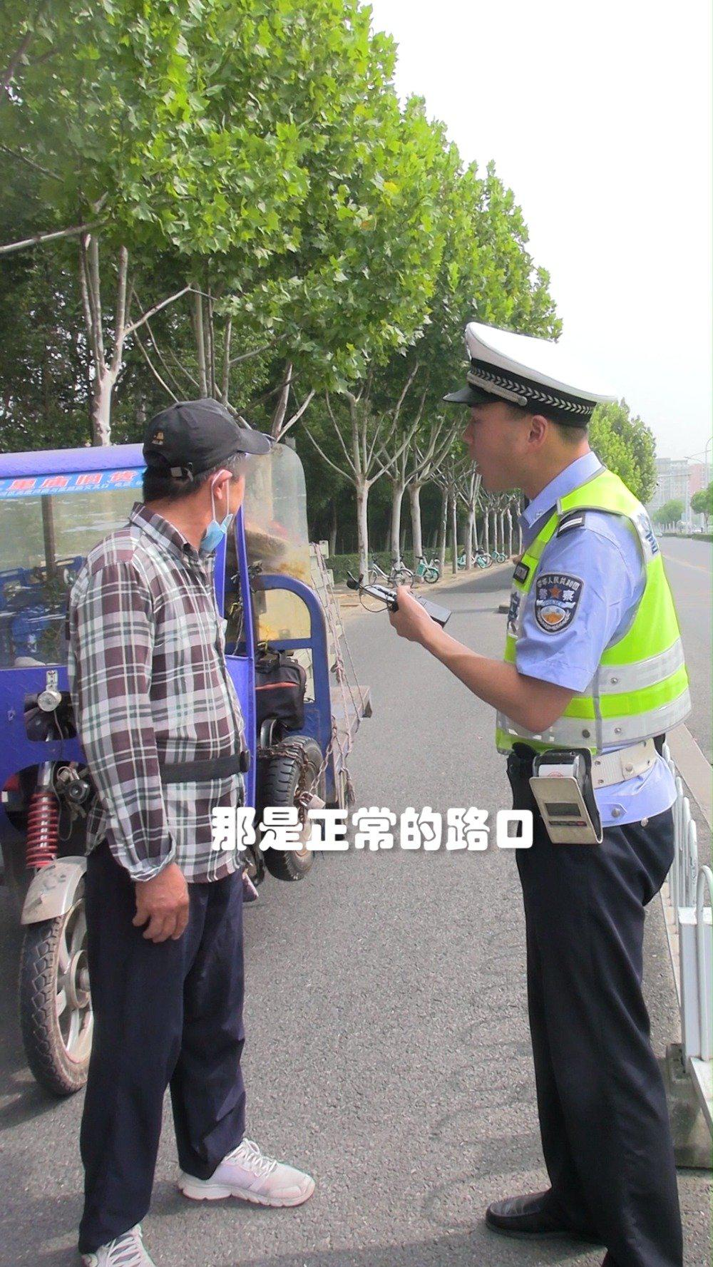 闯红灯处罚50元,驾驶人很不高兴,交警最后的话亮了