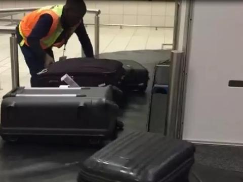 黑人机场员工处理行李视频被疯传,拍摄者:所有人都该他给小费