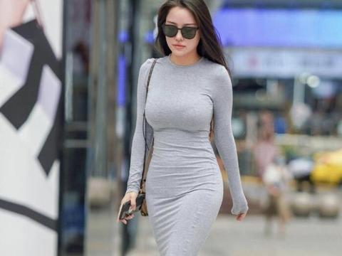 一袭灰色修身长款裙,干净利落,轻松释放出精致典雅的气息
