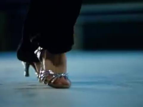 小曼想当思南的舞伴疯狂练舞,脚起了很多泡,思南暖心贴创口贴