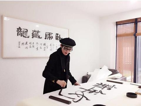 参观港星张敏的家,可能是年纪变大了,如今在家喜欢写毛笔字