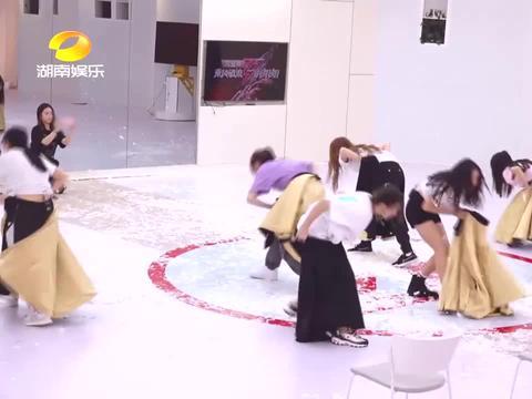沈梦辰练舞时摔倒在地,抱着手臂发出惨叫,姐姐们一下子慌了