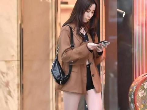 美女脚上的一双厚跟裸靴,清新年轻,穿着时尚感十足