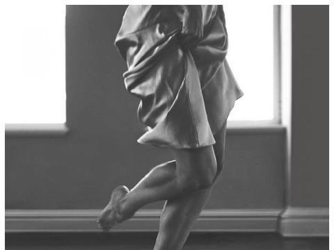 维密超模糖糖真空穿吊带裙,登上杂志封面,裙下身材曲线也是绝了