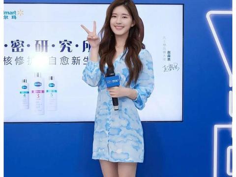 看看路人镜头下的赵露思,一袭蓝色白云连衣裙,温柔知性气质优雅