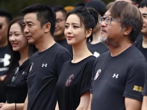 佟丽娅亮相新剧发布会,T恤配短裤,造型简约一身黑色反而更时尚