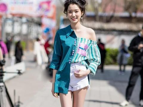 短裙搭配藕色打底衫,简约时尚,又显品位