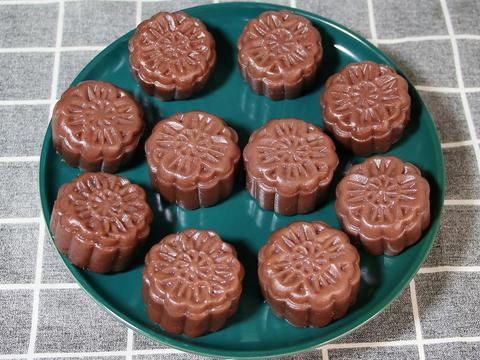挑战不用烤箱不用糖浆做月饼,做出来花纹清晰香甜软糯,特别好吃