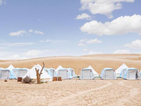 支付宝种树的阿拉善,就是内蒙古金黄沙漠,当地人每天骑骆驼上班