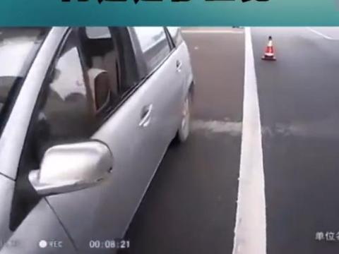 高速出现无人车,交警找了半天,女司机在护栏外面睡觉