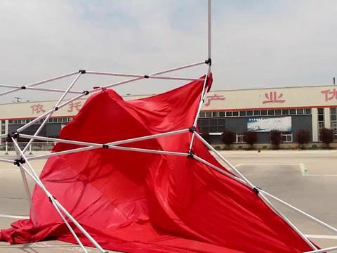 """烈日炎炎学员练车,突发状况遮阳伞被""""刮飞"""",众人合力把伞弄好"""