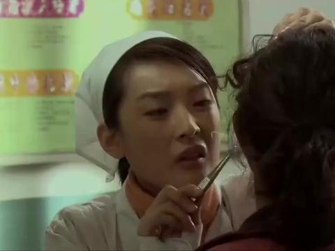 女子打耳洞发炎疼痛难忍,没想小护士出高招,带金子竟能消炎