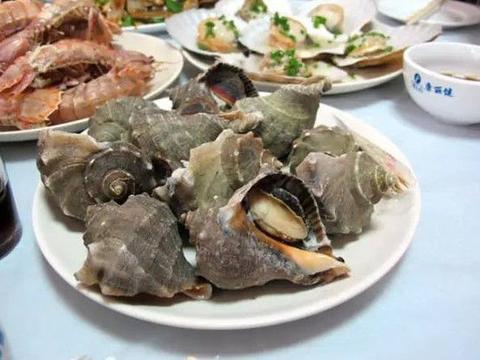 男子去饭店吃海螺,嘴巴被异物磕破,拿出来一看高兴得跳起来