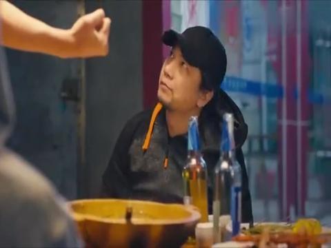 一部国产小成本喜剧电影,拳王吃火锅太霸气,把金链子都给煮了!
